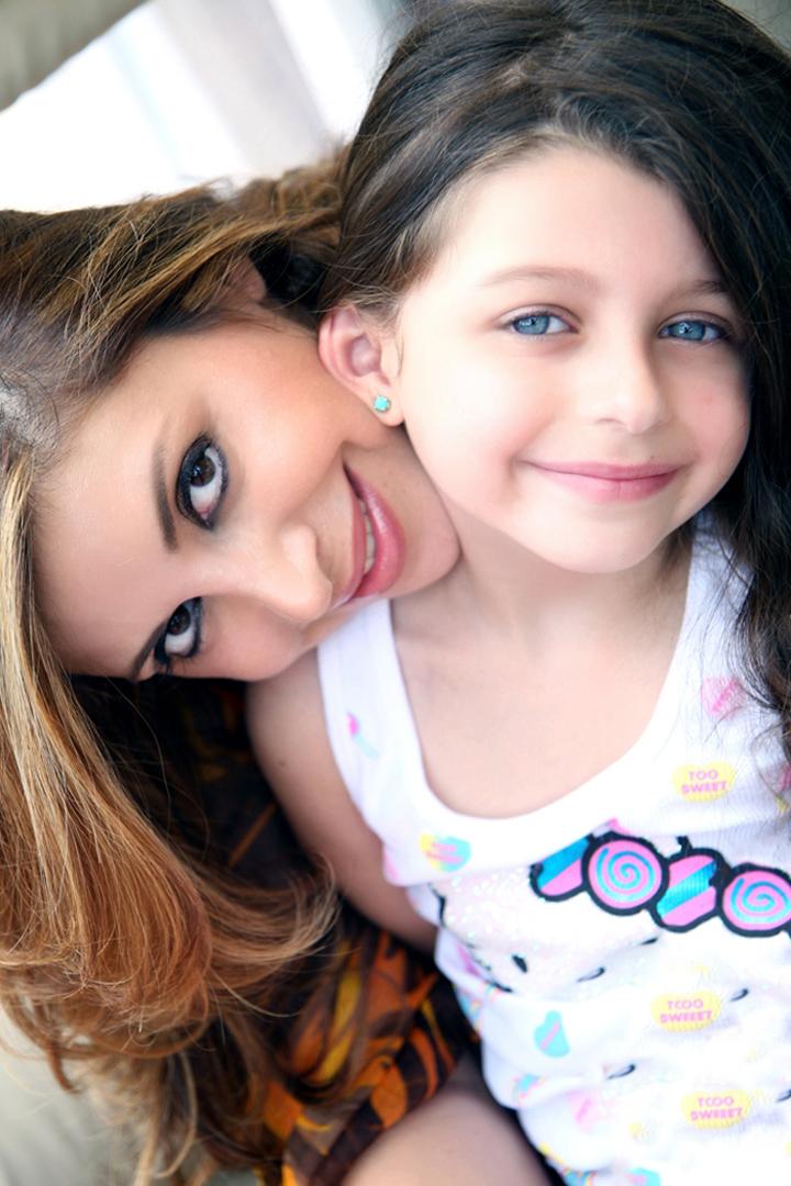 mère et sa fille souriantes