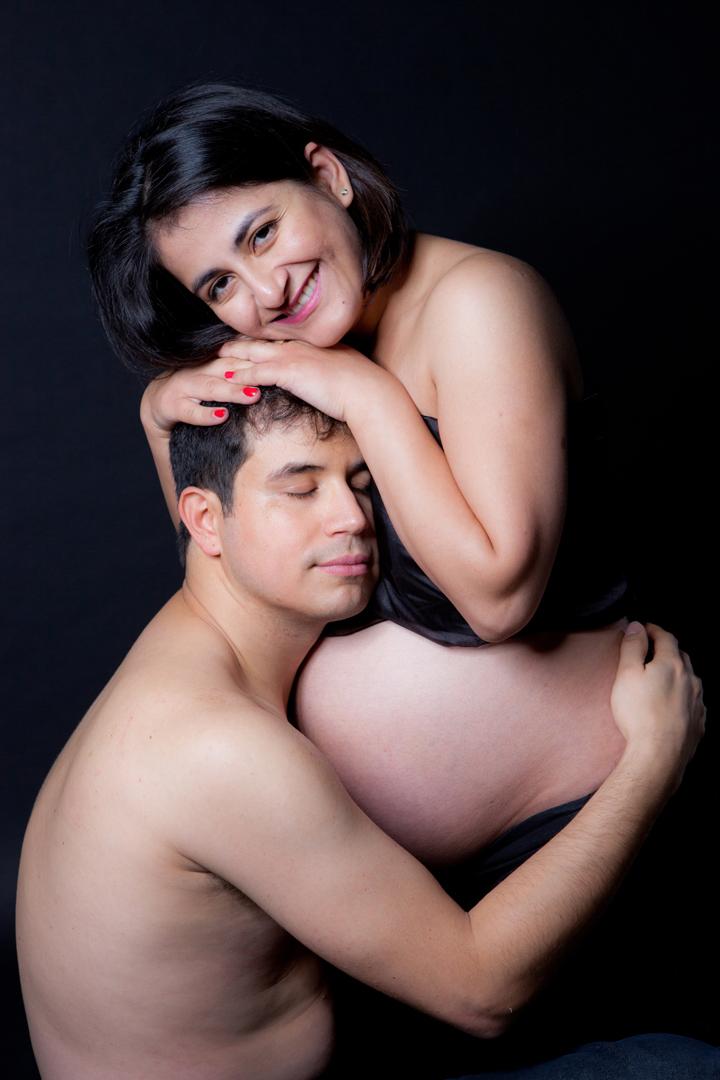photo de grossesse couple heureux