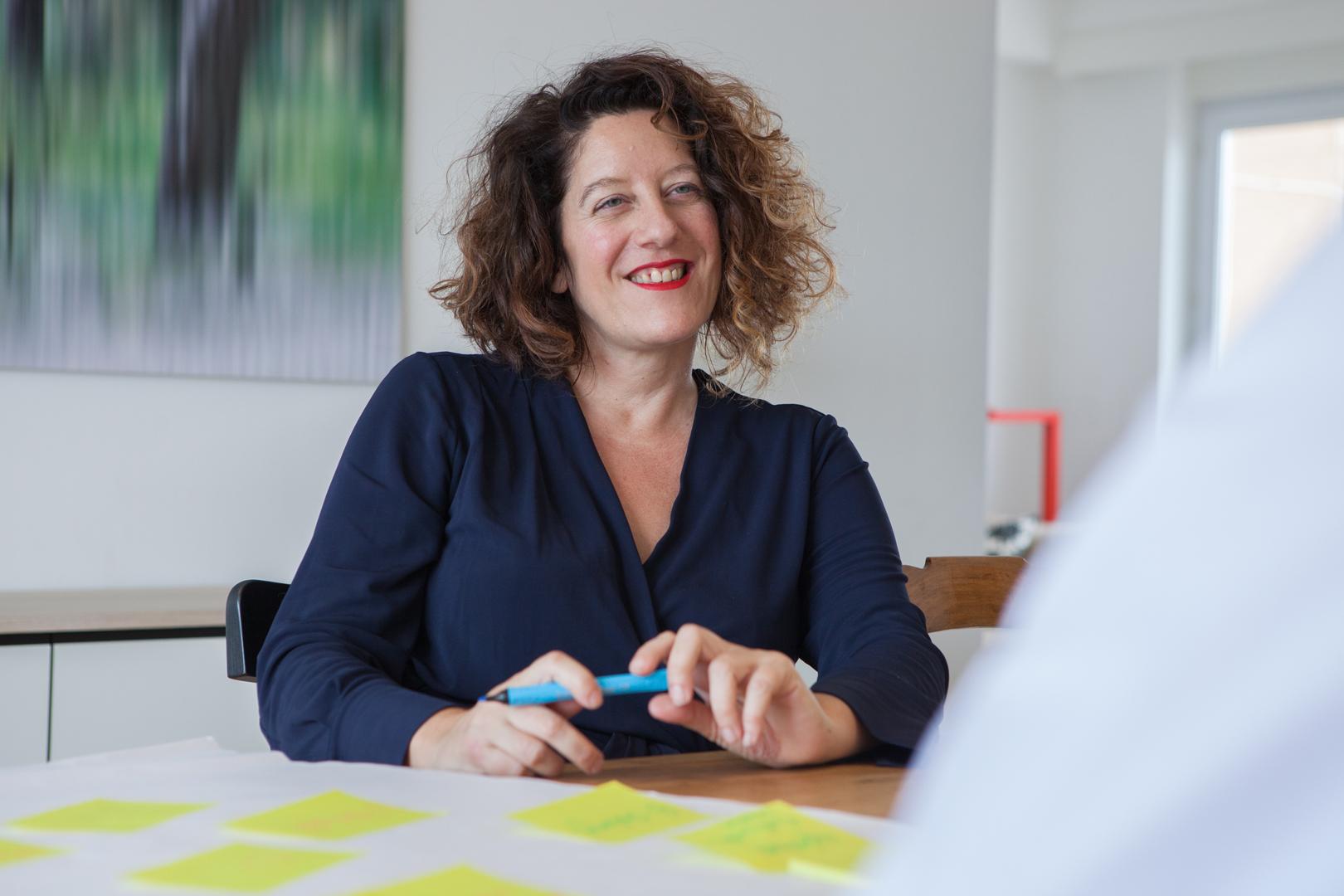 femme souriant pendant une réunion