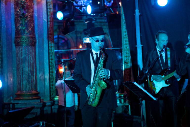 musicien saxophoniste en concert
