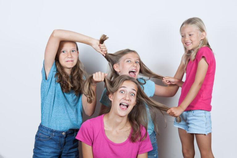 fratrie de soeurs qui s'amusent