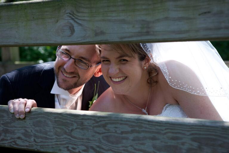 couple de mariés souriant